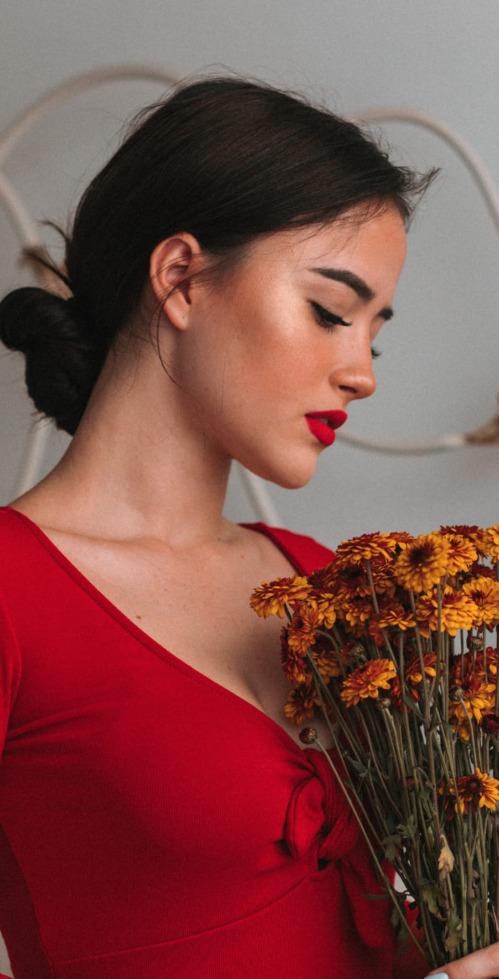 Frau in rotem Kleid mit gelben Blumen